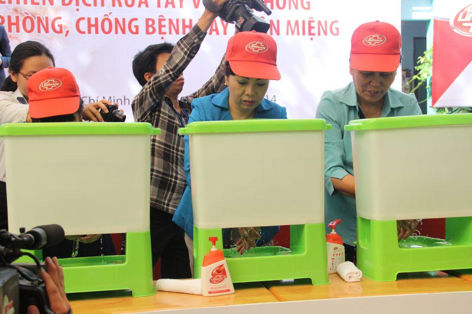 Ms. Nguyen Thi Kim Tien, Vietnam Minister of Health (middle), demonstrates proper handwashing (Photo: Nguoi Lao Dong)